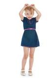 Маленькая девочка подняла ее руки вверх Стоковая Фотография