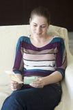 Маленькая девочка подсчитывая деньги Стоковая Фотография RF