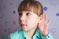 Маленькая девочка подслушивает странный переговор Стоковые Изображения