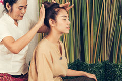 Маленькая девочка получает тайский массаж стиля женщиной для терапии тела Стоковое фото RF
