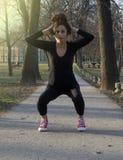 Маленькая девочка практикует в парке Стоковые Фотографии RF