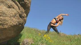 Маленькая девочка приниманнсяые за спорт на красивый день с ясным голубым небом видеоматериал