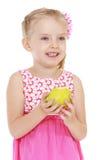 Маленькая девочка приняла укус яблока Стоковые Фото
