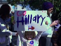 Маленькая девочка при знак поддерживая Хиллари Клинтон для президента Стоковые Фото