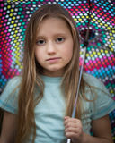 Маленькая девочка при длинные волосы держа зонтик Стоковое Изображение RF