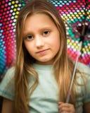 Маленькая девочка при длинные волосы держа зонтик Стоковое фото RF