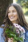 Маленькая девочка при красивая улыбка, держа букет цветков Стоковые Изображения