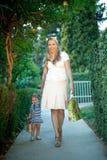 Маленькая девочка при мама держа настоящий момент Стоковые Изображения RF