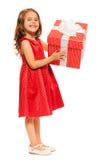 Маленькая девочка при огромный изолированный подарок на день рождения Стоковое Фото