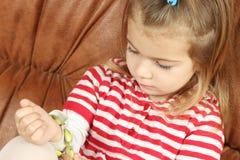 Маленькая девочка пробует дальше аксессуары Стоковое Изображение