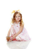 Маленькая девочка пробуя на ботинках стоковая фотография