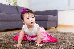 Маленькая девочка проползая на ковре Стоковые Фото
