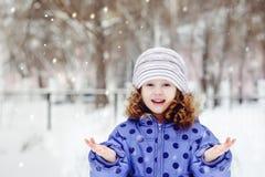 Маленькая девочка протянула вне ее руку стоковое фото
