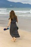 Маленькая девочка проходя мимо на пляж Китая в Danang Стоковое Изображение RF