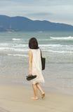 Маленькая девочка проходя мимо на пляж Китая Danang Стоковая Фотография RF