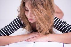 Маленькая девочка прочитала текст в книге Стоковые Фотографии RF