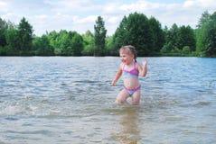 Маленькая девочка плавает в реке. Стоковые Фотографии RF