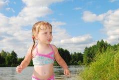 Маленькая девочка плавает в реке. Стоковое Фото