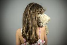 Маленькая девочка плача в угле стоковое фото
