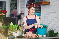 Маленькая девочка работая в цветочном магазине Стоковое фото RF