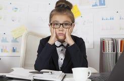 Маленькая девочка работая на офисе Стоковое Фото