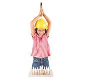 Маленькая девочка разрушает комплект шахмат с молотком III Стоковое Изображение RF