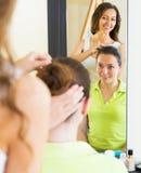 Маленькая девочка расчесывая волосы Стоковая Фотография