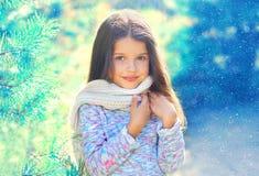 Маленькая девочка ребенка портрета в свитере и шарфе около дерева ветви Стоковые Изображения RF