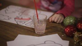 Маленькая девочка рисует картину Санта Клауса развитие ребенка дошкольного возраста видеоматериал
