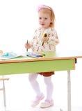 Маленькая девочка рисует ручки войлок-подсказки стоковое изображение