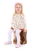 Маленькая девочка сидеть вниз на пне стоковая фотография rf