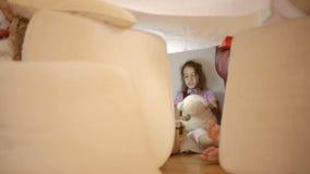 Маленькая девочка сидит в временном доме подушек и дома одеяла видеоматериал