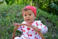 Маленькая девочка сидит в корзине outdoors Портрет Стоковая Фотография