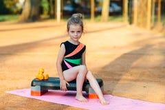 Маленькая девочка сидит на шаге Стоковые Фото