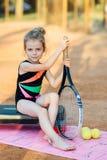 Маленькая девочка сидит на шаге Стоковые Изображения RF