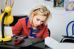 Маленькая девочка сидя в документах офиса стоковая фотография rf