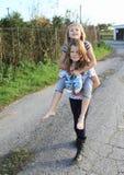 Маленькая девочка сидя на задней части girlsстоковые фотографии rf