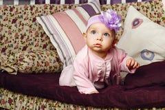 Маленькая девочка сидя на кресле Стоковая Фотография RF