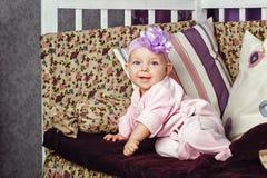 Маленькая девочка сидя на кресле Стоковое Фото