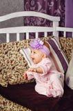 Маленькая девочка сидя на кресле Стоковая Фотография