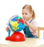Маленькая девочка сидя на таблице Стоковая Фотография RF