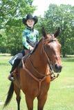 Маленькая девочка сидя на quarterhorse Стоковое Изображение RF