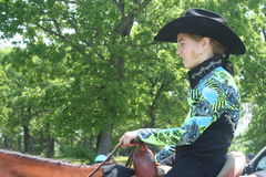 Маленькая девочка сидя на quarterhorse стоковые изображения rf