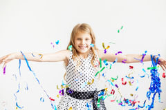Маленькая девочка скача и имея потеха празднуя день рождения Стоковые Изображения