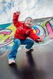 Маленькая девочка скача от холма стоковое изображение
