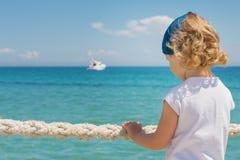 Маленькая девочка смотрит вне к морю Стоковые Фото