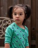 Маленькая девочка смотрит серьезной Стоковая Фотография