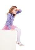 Маленькая девочка смотря вниз с пустого пространства стоковое фото rf