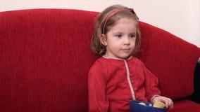 Маленькая девочка смотря ТВ сток-видео