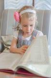 Маленькая девочка смотря через меню Стоковые Фотографии RF